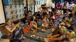 Leigarid kohaliku kogukonnaga õhtustamas