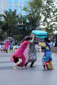 Lõuna-Korea rahvakunstnik sinise kohvir, Leigarite bonne ja tundmatuks jääda sooviva pealtvaatajaga.